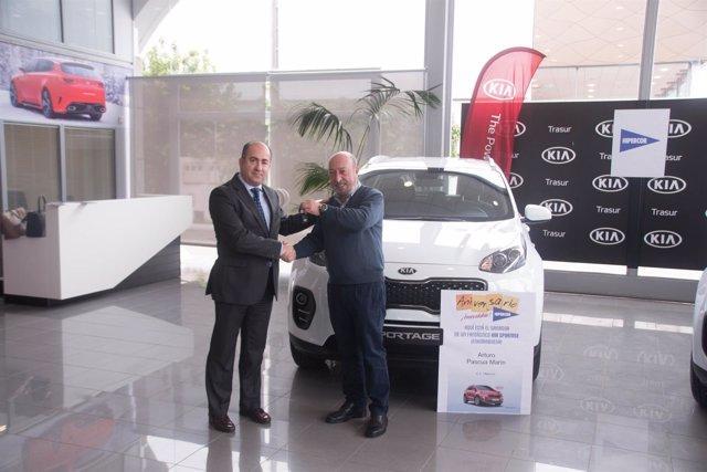 El gerente de Trasur, José Luis Rioja, hcae entrega de las llaves del coche.