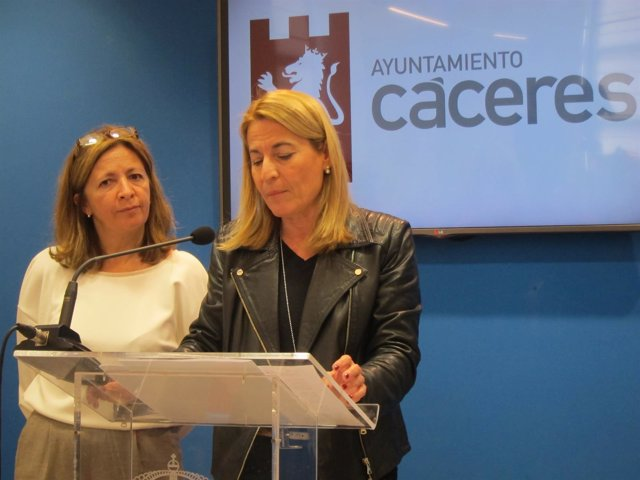 La alcaldesa de Cáceres, Elena Nevado, y la concejala de AASS
