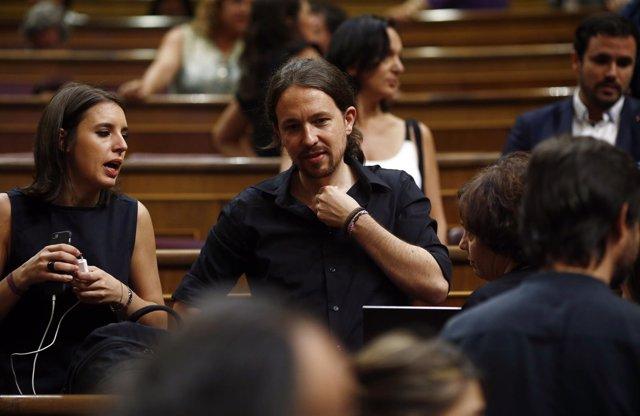Pablo Iglesias e Irene Montero en el debate de investidura de Mariano Rajoy