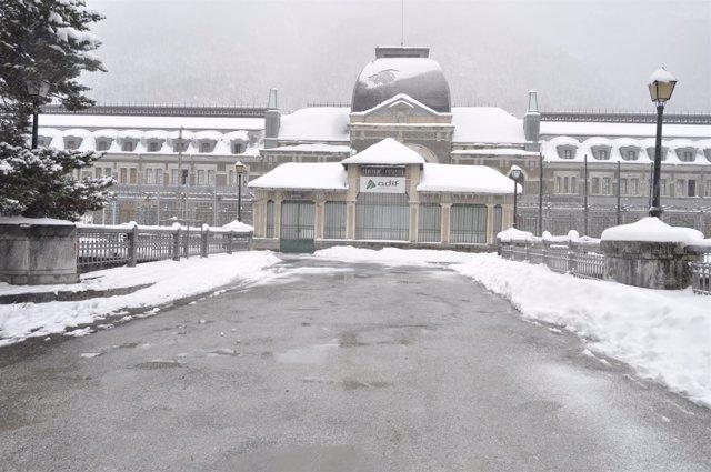 La estación de ferrocarril de Canfranc en invierno.