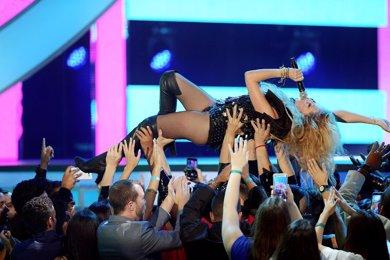 Paulina Rubio se cae del escenario y se convierte en viral