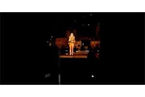 VÍDEO/ Paulina Rubio cae del escenario durante un concierto en México