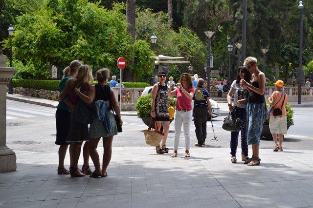 Turistas tomándose una foto en el Paseo del Borne.