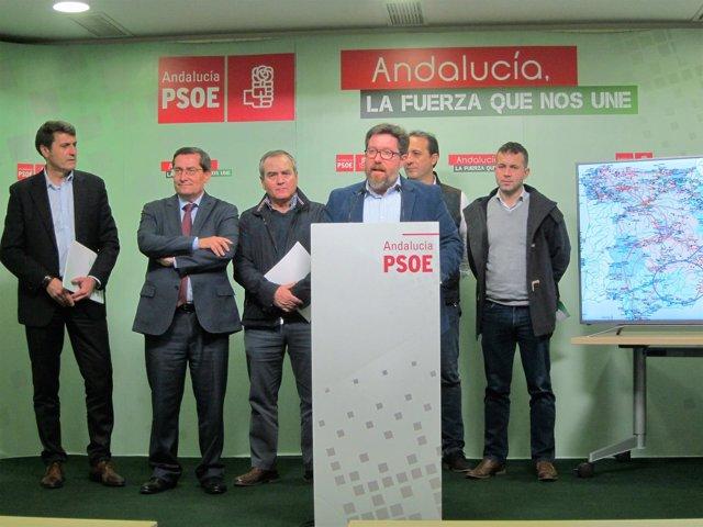 En el centro, el parlamentario andaluz del PSOE Rodrigo Sánchez