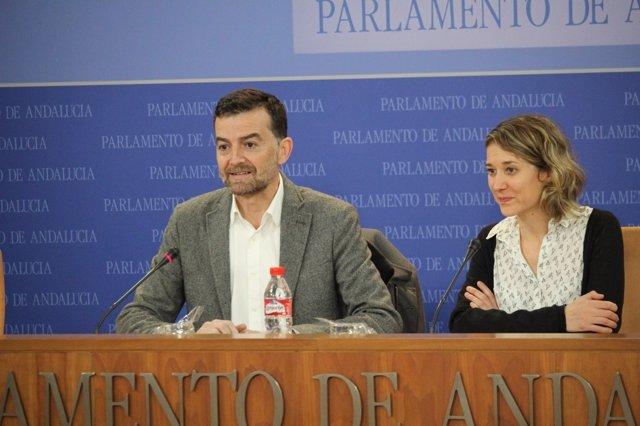 El coordinador de IULV-CA, Antonio Maíllo, y la eurodiputada Marina Albiol