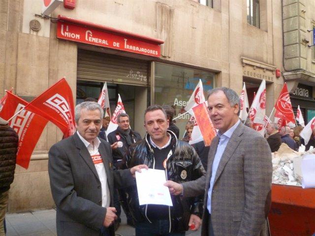 Carmona y Sánchez entregan a Vidal de la Peña un escrito con sus reivindicacione