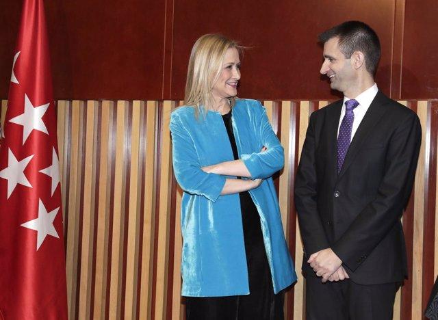 Cristina Cifuentes con el director general de Telemadrid