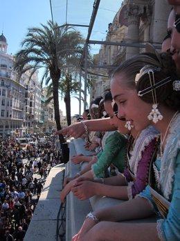 Falleras Presencian La Mascletà Desde El Balcón Del Ayuntamiento De Valencia.