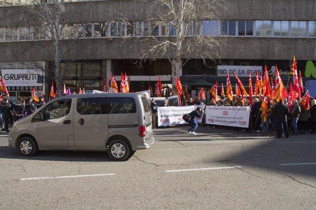 Protesta de CC.OO. Y UGT ante la sede de CEPYME