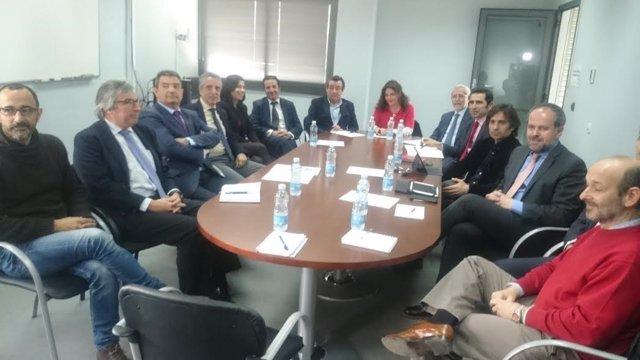 Autoridades y fabricantes, durante la reunión mantenida