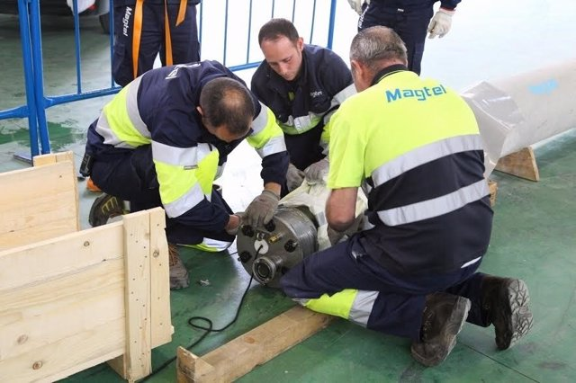 Profesionales de Magtel durante la rehabilitación de la tubería