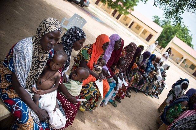 Madres e hijos esperando en una clínica de MSF en Nigeria