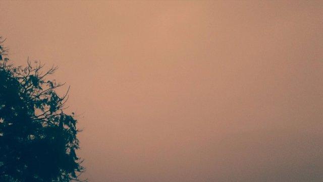 Cielo plomizo matinal en Sevilla por presencia de polvo sahariano en suspensión