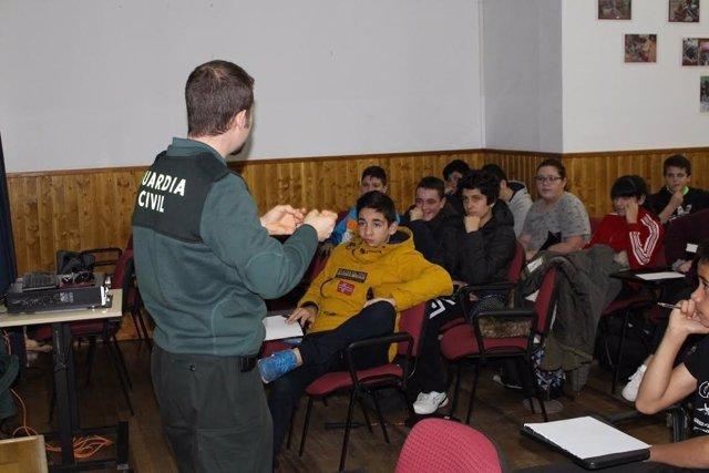Agente Guardia Civil en aulas