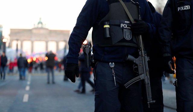 Policía Alemana cerca de la puerta de Brandenburgo, Berlín