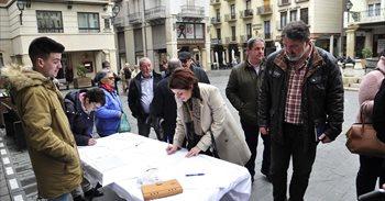 Alcaldes y vecinos de municipios de Teruel recogen firmas para la mejora...