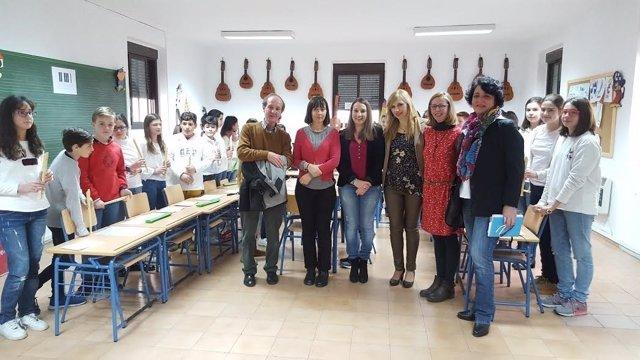Ruiz (centro) visita el colegio López Diéguez
