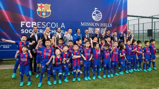 Bartomeu y Ronaldinho visitan la FCBEscola en China