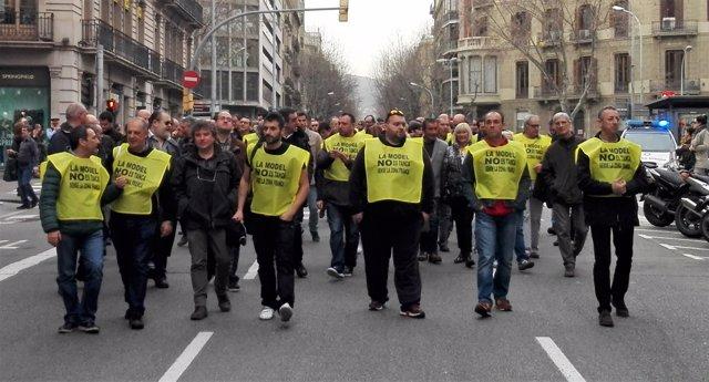 Unos 150 funcionarios de prisiones se concentran contra el cierre de La Model