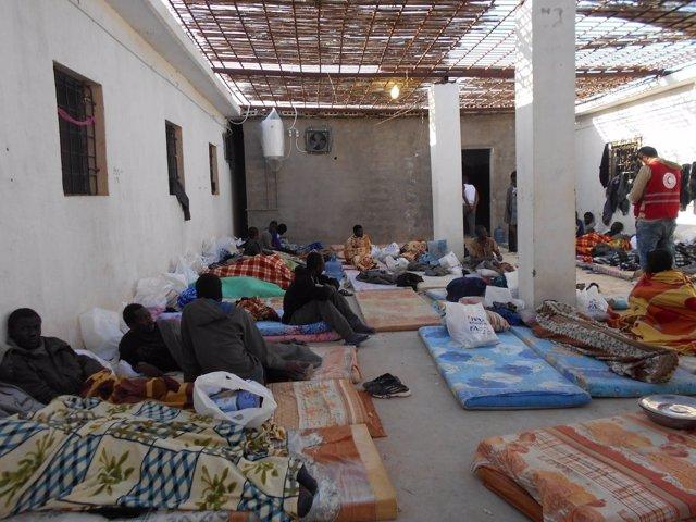 Migrantes localizados en un contenedor en Libia
