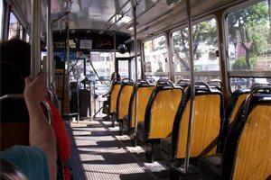 Un policía argentino desata el pánico dentro de un autobús público