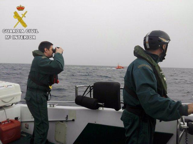 Trabajos de búsqueda del hombre desaparecido tras el naufragio en la Vila Joiosa