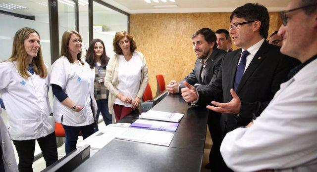 El pte.Carles Puigdemont y el conseller A.Comín, en el CAP VIlafranca Nord