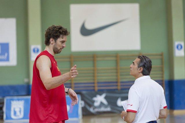 Pau Gasol y Sergio Scariolo con la selección española