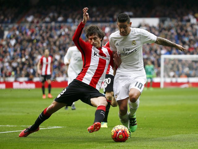 James Rodríguez ante Ander Iturraspe en un Real Madrid-Athletic