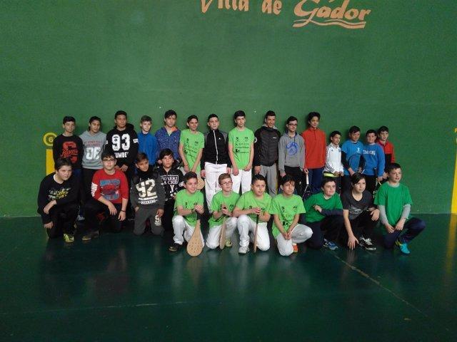 Treinta y cinco niños aprenden nociones básicas de frontón en Gádor.