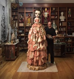 Mark Ryden realizando 'Wood meat dress' CAC Málaga