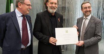 Pino Sagliocco, distinguido como 'Cavaliere' de la Orden de la Estrella...