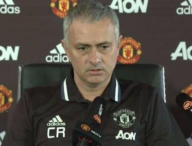 José Mourinho con las iniciales de Claudio Ranieri en su camiseta