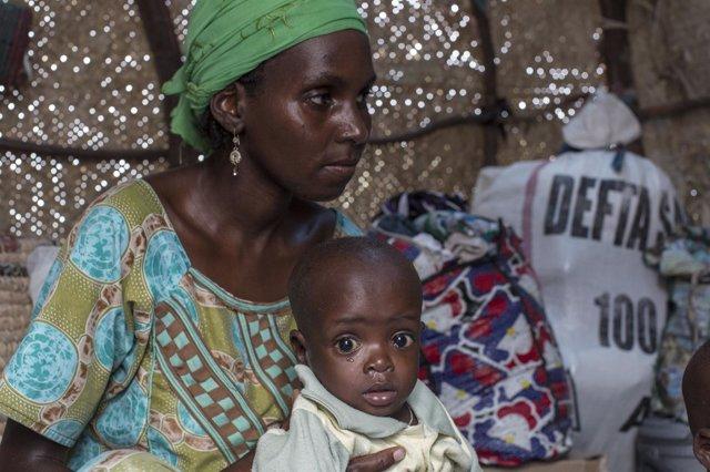Niño desnutrido con su madre en Níger