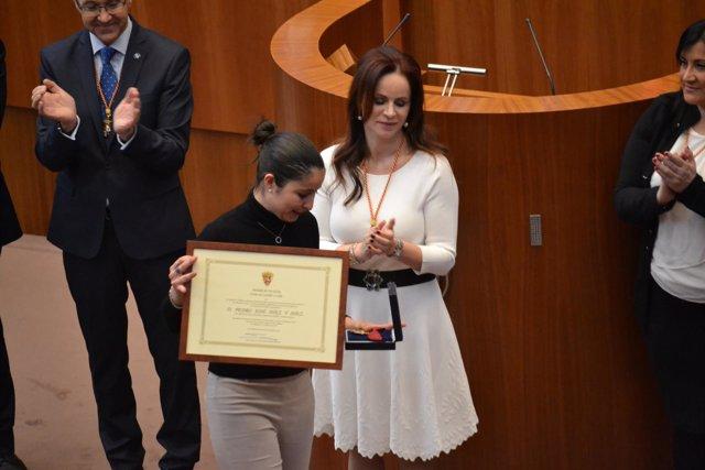 Valladolid. Clemente entrega la Medalla de las Cortes a los emigrantes