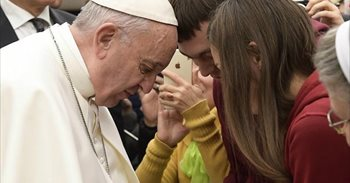 El Papa insta a los sacerdotes a no cerrar las puertas de la Iglesia a...