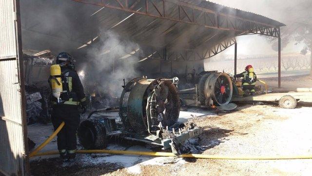 Bomberos de la DPZ trabajan en sofocar el incendio de la nave.