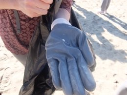 Muestra de microplástico en la playa de Torà