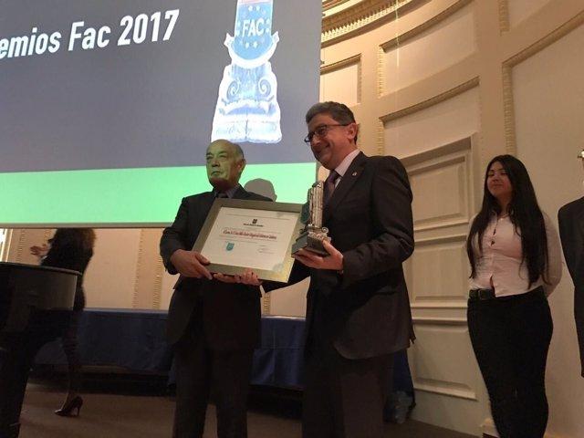 Enric Millo recibe un premio de la Federación Andaluza de Comunidades