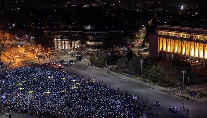 Miles de rumanos salen de nuevo a la calle contra el Gobierno socialdemócrata