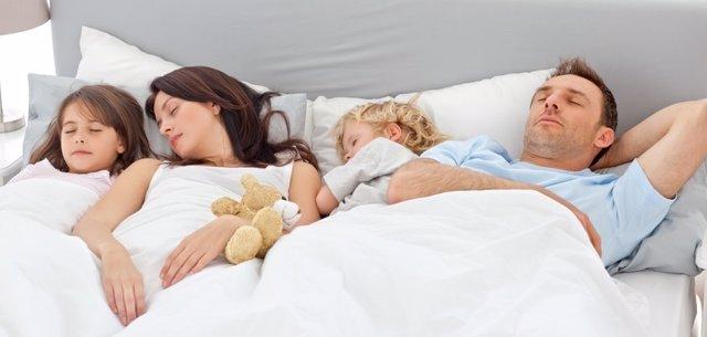 Familia, dormir, padres, hijos, cama, soñar
