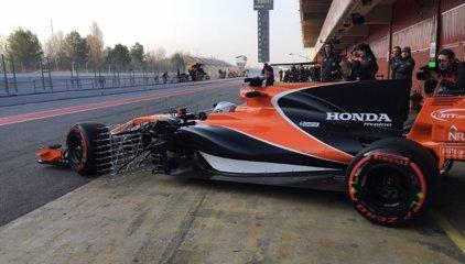 El MCL32 de Alonso se avería nada más salir a pista en Montmeló
