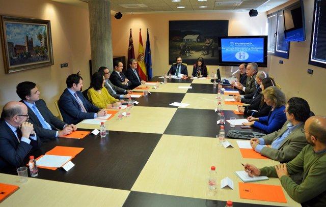 El consejero se reúne con las entidades financieras y los colegios profesionales