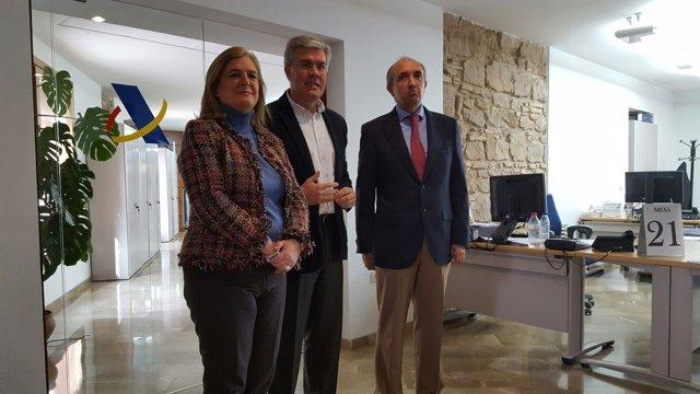 Fernández de Moya (c) visita las instalaciones de la AEAT en Linares.