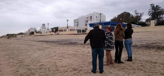 La alcaldesa de Isla Cristina, Antonia Grao, en la playa afectada por temporal.
