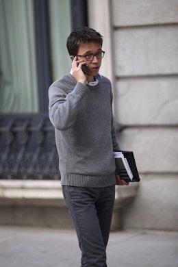 Errejón hablando por el móvil en el Congreso