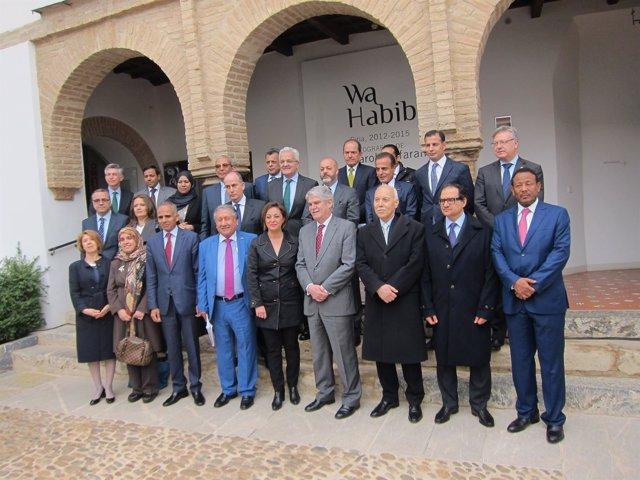 Dastis y Ambrosio (centro) con los embajadores de los países árabes