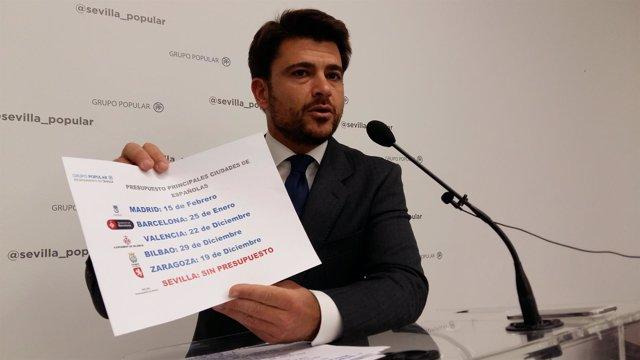 El concejal del PP de Sevilla, Beltrán Pérez, durante la rueda de prensa