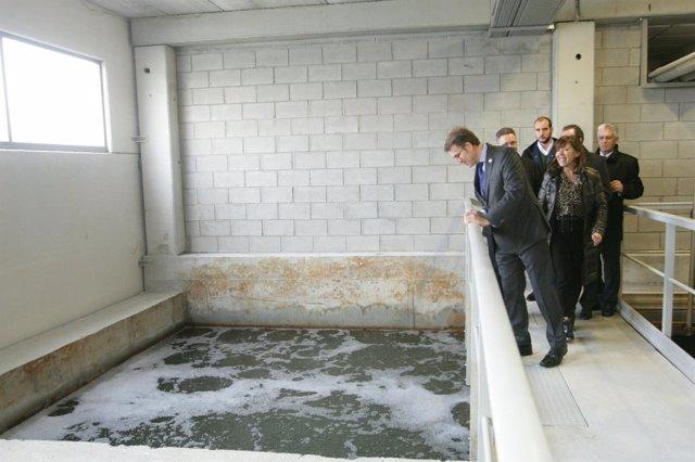El presidente de la Xunta visita la EDAR de Malpica.