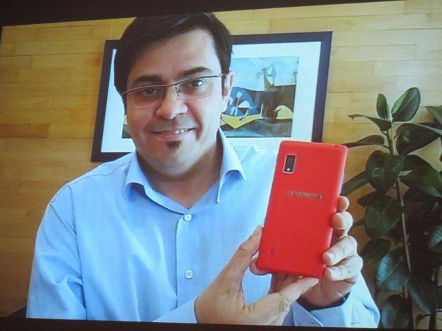 El teniente de alcalde de Barcelona Gerardo Pisarello con un Fairphone
